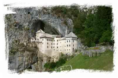 chateau de Predjama en Slovenie incrusté dans la roche